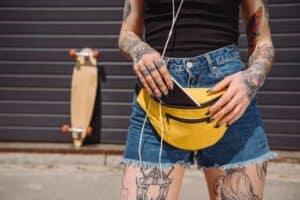 kvinde med en fin gul bæltetaske