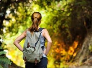 kvinde med vandrerygsæk