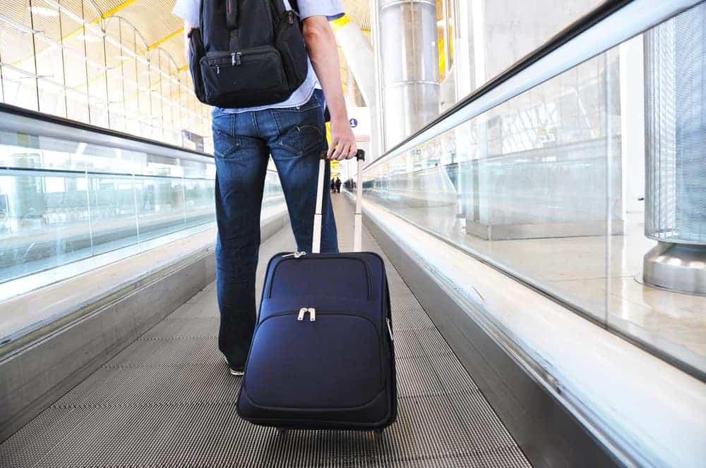 mand med let kuffert