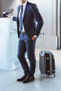 mand tjekker bagagen ind