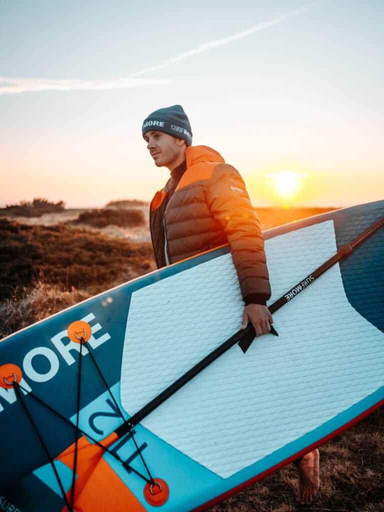 Mand med sit paddleboard