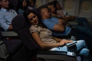 slap bedre af i flyet med kompressionsstrømper