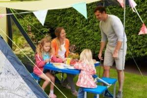 familie hygger på campingtur