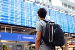 mand afventer fly informationer