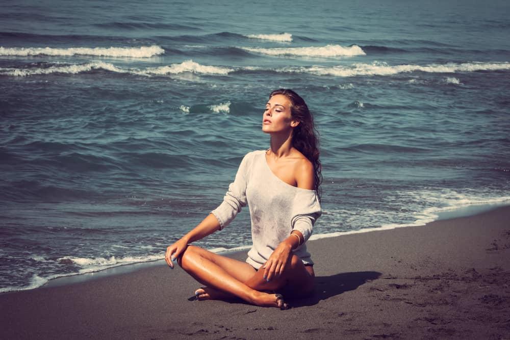 slap af med yoga på stranden