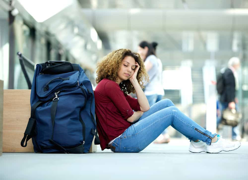 træt kvinde i lufthavnen